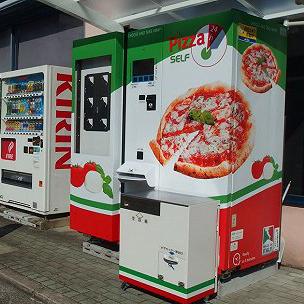 日本首台披萨自动贩卖机 放在了茑屋书店门外